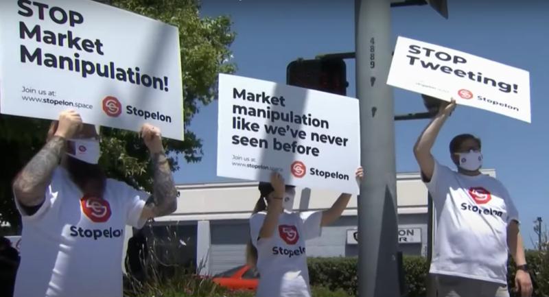 테슬라 공장 앞에서 스톱일론 단체가 시위를 벌이고 있다 / 사진 = NBC